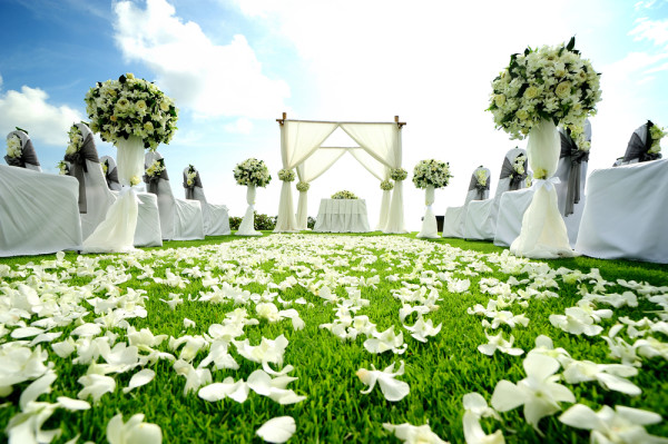 beautiful green and white wedding ceremony
